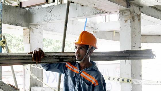 Anh Thạch Lâm Thành cần mẫn với công việc hàng ngày ở công trình