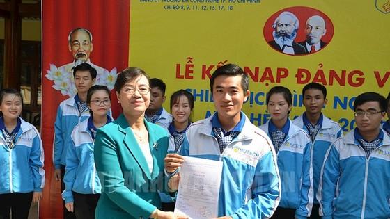 Chủ tịch HĐND TP Nguyễn Thị Quyết Tâm trao quyết định kết nạp đảng cho quần chúng Thái Trung Quốc