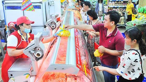 Người tiêu dùng mua thịt heo có nguồn gốc xuất xứ tại Co.opmart Cống Quỳnh. Ảnh: CAO THĂNG