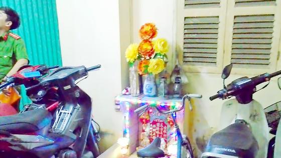 Bàn thờ và thùng đốt giấy tiền vàng mã gần bãi xe trong một chung cư không an toàn về PCCC
