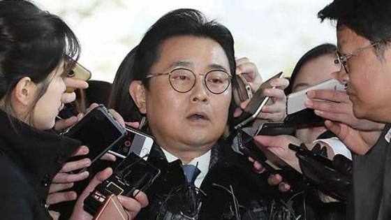 Jun Byung Hun giữa vòng vây báo giới tại Phòng Công tố Trung tâm Seoul ngày 20-11-2017. Ảnh: YONHAP