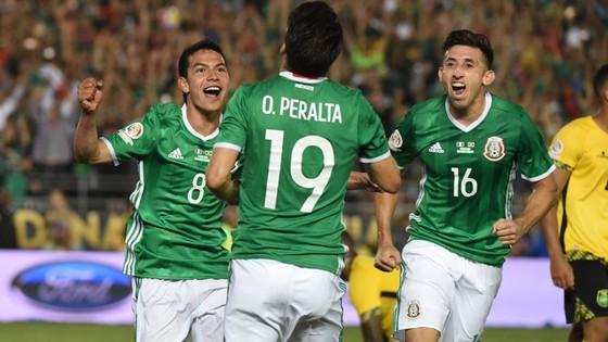 Lozano (trái) đang cùng các đàn anh tạo nên một Mexico đầy biến hóa trong lối chơi