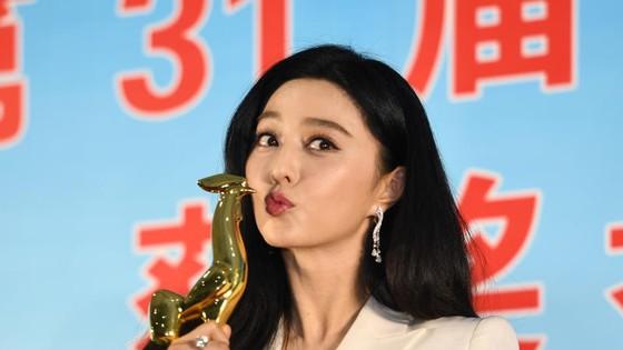 第31屆電影金雞獎昨晚(16日)揭曉,憑藉《我不是潘金蓮》獲得最佳女主角獎的范冰冰展示獎杯。 (圖源:新華社)