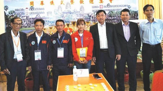 華人棋手范啟源(右一)與我國棋隊合照。