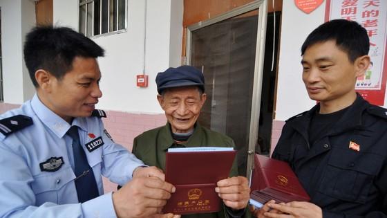 中國農民領取新戶口。