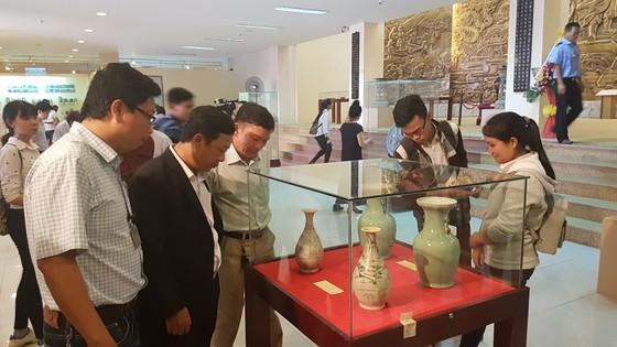 Đông đảo người dân và du khách đến thưởng lãm
