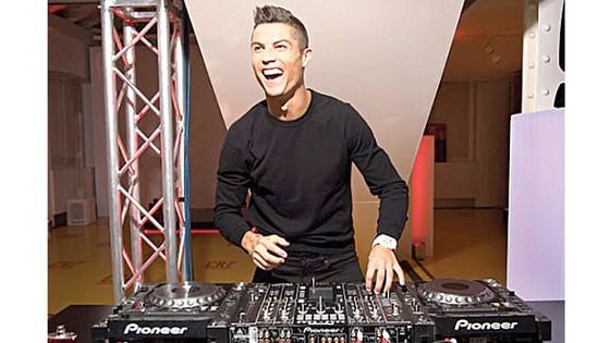 Ronaldo tất bật kiếm tiền