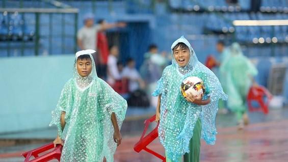 Những cậu bé nhặt bóng ở sân Gò Đậu. ảnh: DŨNG PHƯƠNG