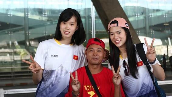 Chủ công Thanh Thúy (trái) và phụ công Thanh Thúy (phải) được CĐV Thái Lan chào đón. Ảnh: SMMTV