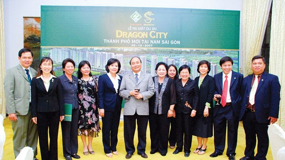 Lãnh đạo Trung ương và TP cùng ban lãnh đạo Công ty Phú Long chụp ảnh lưu niệm nhân sự kiện công bố khu đô thị Dragon City vào năm 2007.