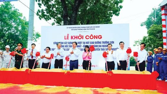 Lãnh đạo Thành ủy, UBND cùng các sở ban ngành TPHCM làm lễ khởi công Cầu vượt tại nút giao thông Trường Sơn nối Tân Sơn Nhất -Bình Lợi - Vành đai ngoài. Đây là tuyến đường kết nối khu Tây Bắc thông qua khu Đông. Ảnh: LONG THANH
