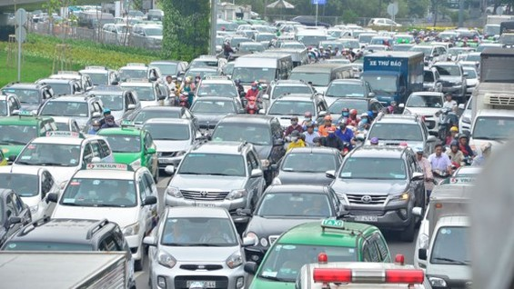 Badly traffic jam occurred in streets leading to Tan Son Nhat International Airport this morning July 20 (Photo: SGGP)