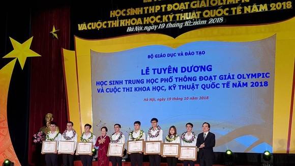Các em đoạt HCV nhận bằng khen của Thủ tướng Chính phủ