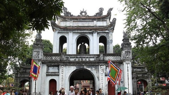 Tourists visit Temple of Literature - a tourist attraction in Hanoi (Source: VNA)