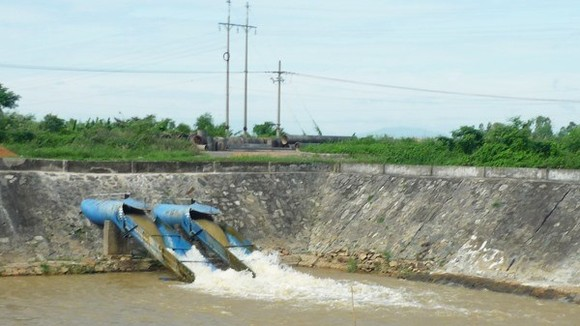 The Cau Do water plant pours fresh water into its system before supplying water to residents in Da Nang (Photo: VNA)