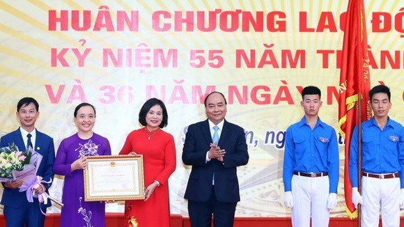 Prime Minister Nguyen Xuan Phuc presents the Government's second-class Labour Order to the Da Phuc Senior High School at the ceremony (Photo: VNA)