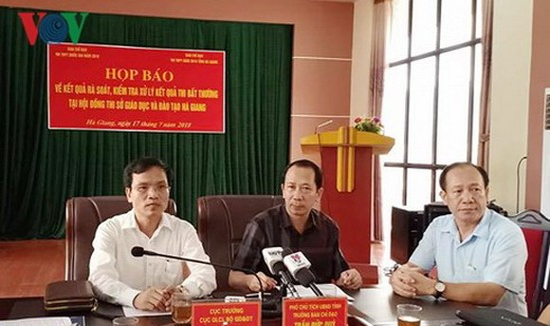 教育與培訓部質量管理局長梅文貞(左一)與河江省人委會領導一同主持新聞發佈會。(圖源:VOV)