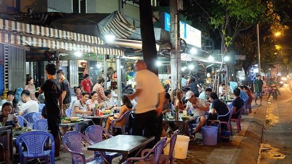 人行道上擺滿桌椅。