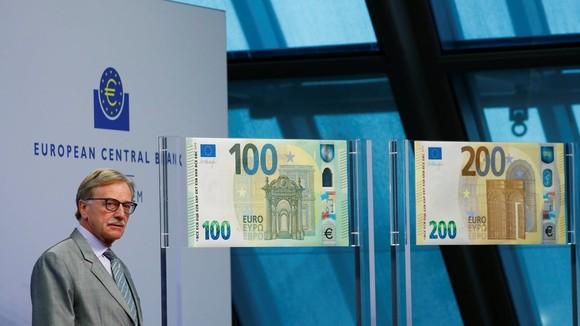 當地時間9月17日,位於德國法蘭克福的歐洲央行總部相關負責人向媒體公開展示了新版100歐元和200歐元鈔票,並展示了新鈔的防偽特徵。(圖源:路透社)