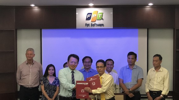 Đại diện FPT và hãng Taxi Tiên Sa ký kết hợp tác đào tạo tiếng Anh cho lái xe taxi