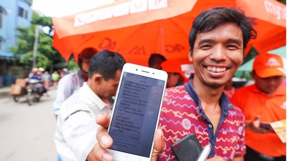 Một người dân Myanmar tươi cười sau khi đăng ký thành công dịch vụ mạng Mytel