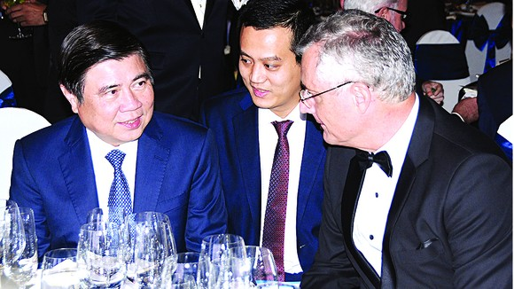 Chủ tịch UBND TPHCM Nguyễn Thành Phong trao đổi với ông Nicolas Audier, đồng Chủ tịch EuroCham.  Ảnh: ĐỖ CAO
