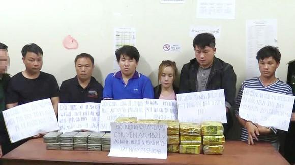 Các đối tượng và tang vật ma túy đá, heroin bị lực lượng chức năng bắt giữ