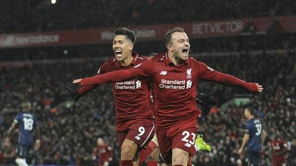 Xherdan Shaqiri (phải) với cú đúp đưa Liverpool bay cao trên ngôi đầu. Ảnh: AP