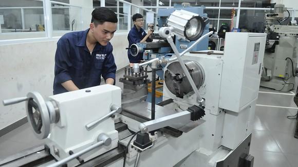 Sinh viên Trường Đại học Hutech thực hành trên máy CNC             Ảnh: CAO THĂNG