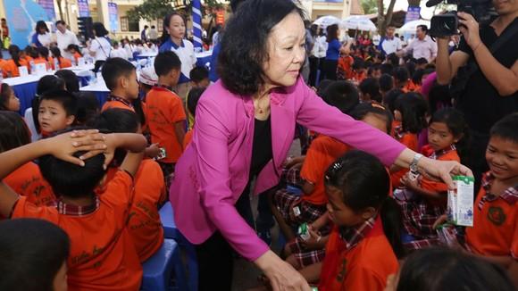 Bà Trương Thị Mai, Ủy viên Bộ Chính trị, Bí thư Trung ương Đảng, Trưởng ban Dân vận Trung ương trao sữa cho trẻ em tỉnh Vĩnh Phúc