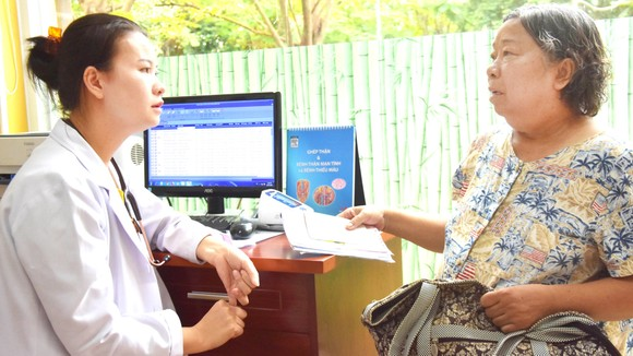 Người bệnh luôn được bác sĩ Từ Kim Thanh ân cần tư vấn, thăm hỏi, động viên để họ quên đi đau đớn, yên tâm điều trị bệnh