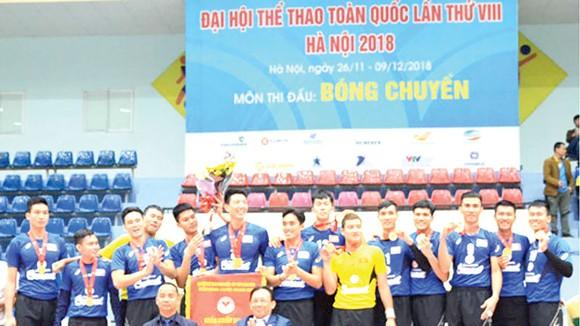 Ông Lê Hữu Hoàng - Chủ tịch HĐTV Công ty TNHH Nhà nước MTV Yến Sào Khánh Hòa (bên phải, hàng đầu) trao HCV cho đội bóng chuyền nam Sanest Khánh Hòa