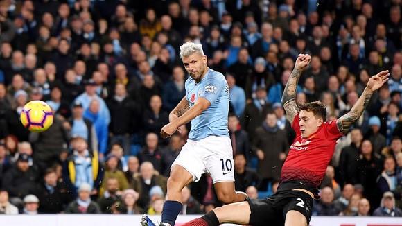 Tiền đạo Aguero (áo xanh) tung cú sút ghi bàn vào lưới Man.United