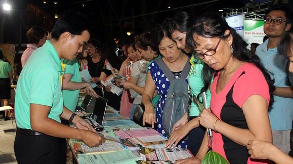 Người tiêu dùng tham khảo giá tour tại một DN lữ hành trên địa bàn TPHCM