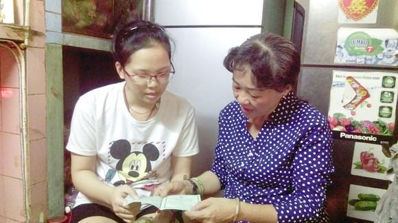 Cô Trần Thị Huỳnh Mai (phải) thăm hỏi, trò chuyện với em Hà Mỹ Nhi
