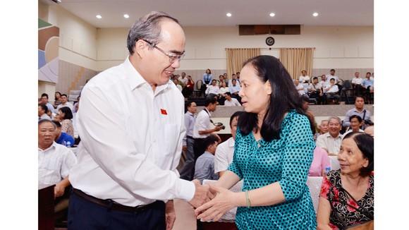 Đồng chí Nguyễn Thiện Nhân thăm hỏi cử tri quận 4. Ảnh: VIỆT DŨNG