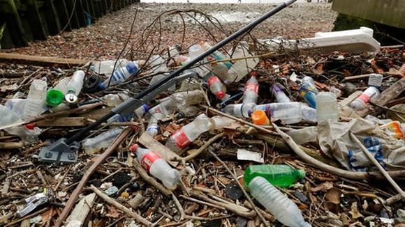 Đủ loại rác thải nhựa dạt vào bờ sông Thames ở London, Anh. Ảnh: AP (chụp ngày 5-2-2018)