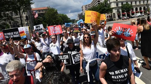 Biểu tình phản đối trục xuất người nhập cư. Ảnh: topdigitalnews24.com