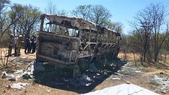 Hiện trường chiếc xe buýt sau tai nạn (Ảnh : AP)
