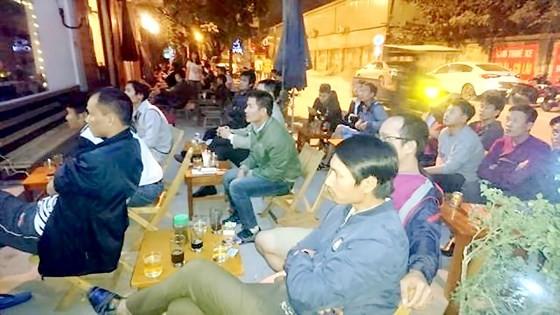 Giải bóng đá World Cup thu hút sự theo dõi của đông đảo người hâm mộ Việt Nam qua tivi. Ảnh: VÂN KHANH