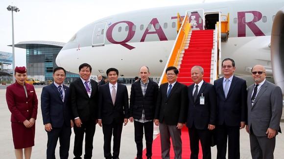 Đại diện lãnh đạo TP Đà Nẵng, Cục HKVN chào mừng đại diện hãng Qatar Airways