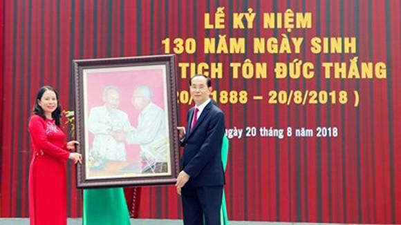 """Chủ tịch nước Trần Đại Quang tặng bức tranh """"Bác Hồ- Bác Tôn"""" cho tỉnh An Giang"""