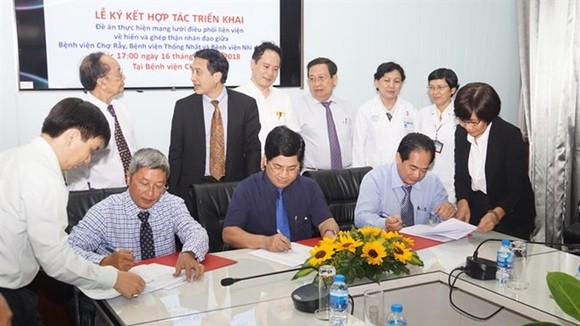 Cho Ray Hospital, Thong Nhat Hospital and the Paediatrics Hospital No 2 sign an agreement on October 16 to collaborate in allocation of donated kidneys for transplant in children.(Photo: VNA)