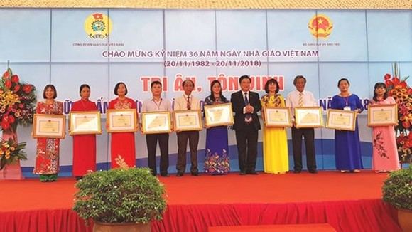 Outstanding teachers receive certificates of merit from the Ministry of Education and Training. (Photo: Sggp)