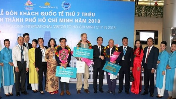 Standing Vice Chairman of the municipal People's Committee Le Thanh Liem welcomes the 7 millionth international visitor.
