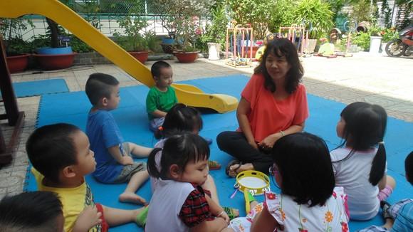 Cô và bé Trường Mầm non 6 (quận 3) trong một buổi học ngoài trời