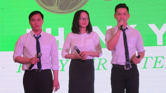 The startup team to make tea from dragon fruit buds is delivering their presentation on the product. Photo by K.Anh