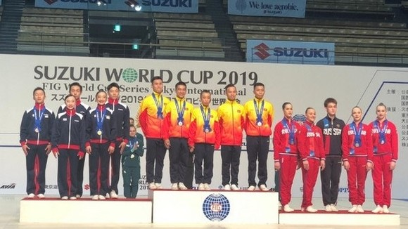 Vietnamese gymnasts Tran Ngoc Thuy Vi, Le Hoang Phong, Vuong Hoai An, Nguyen Che Thanh and Nguyen Viet Anh triumphed in the Group category above 18 years old (Photo: VNA)