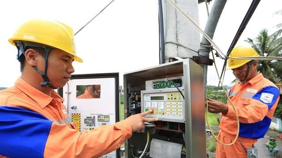 Workers of Quang Ninh Electricity Company under the Northern Power Corporation install data transmission equipment. — VNA/VNS Photo