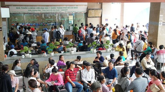 Patients wait to pay medical service fee at HCMC Medicine University Hospital  (Photo: SGGP)